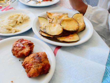 パロス コリンビスレスビーチ昼食 ナスフライとトマトボール