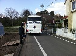 チューリップ畑とバス