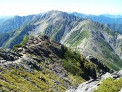 北岳頂上から間ノ岳方面を眺める