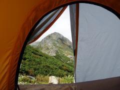 テントの中から北岳を仰ぐ