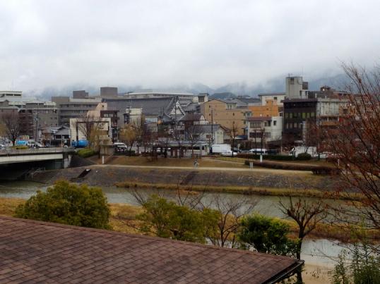 賀茂川沿い空なし