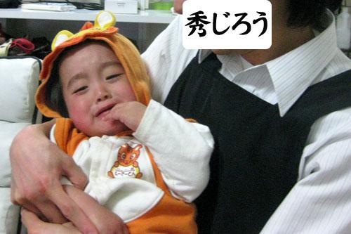 子を抱く男