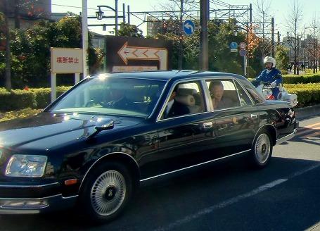 車から手を振る美智子妃殿下