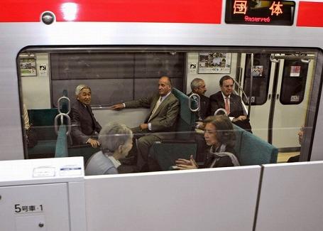 通勤電車版お召列車内の両陛下とスペイン国王ご夫妻