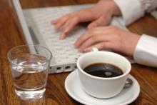 復縁ブログ 復縁アドバイザー浅海 公式ブログ-パソコンを打つ