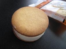 クッキーサンドアイス塩キャラメル