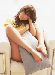 佐々木希のが開脚でクッションを挟むエロ画像