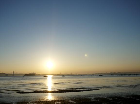 ちょうど19時。太陽の右にある光?はなんだろう?撮った時は気付かなかったなぁ。