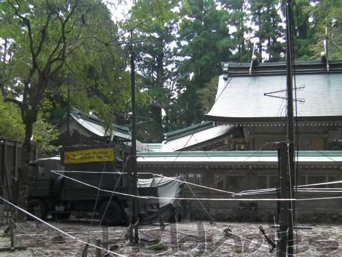葛木神社の金属の林