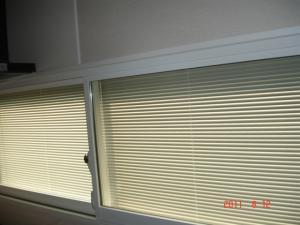 ニチベイ ベネシャンブラインド(横型ブラインド)セレーノ内窓標準タイプコード式C406SWの降ろした時