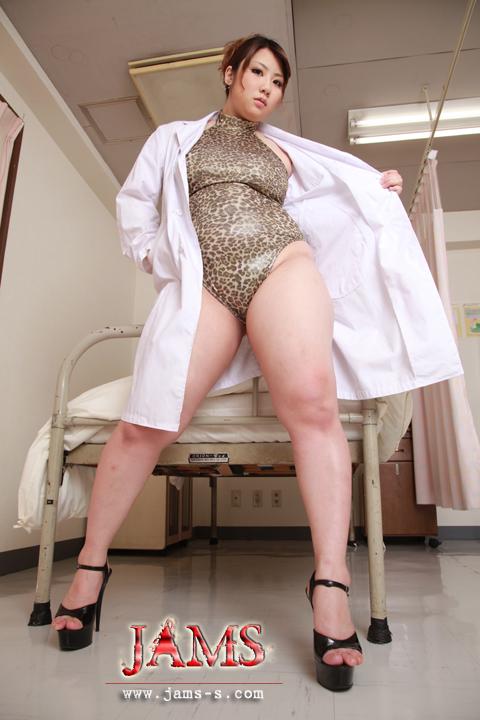 お前のギターだけは嫌いだった!巨大な女医が太腿で恨みを晴らす!柚木彩華[SND-53]ストーカー巨女!獲物を狙うデカ尻・超太腿