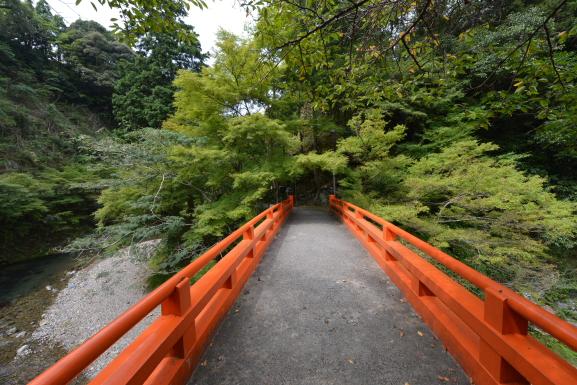 清滝川に架かる朱塗りの橋