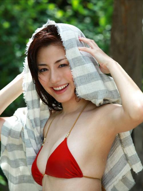 杉本有美の赤ビキニ水着グラビア画像