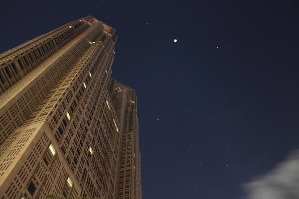 都庁と皆既月食、オリオン