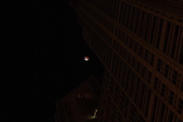 都庁と皆既月食