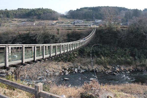 原尻の滝近くの吊り橋