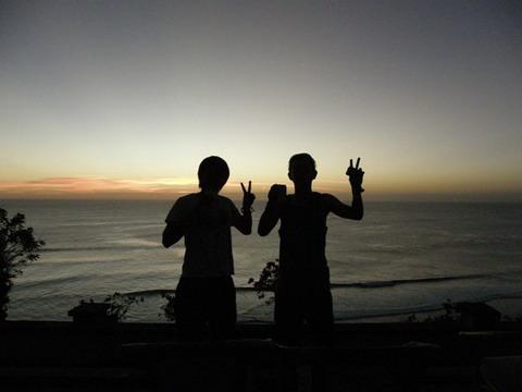 バリ島 ウルワトゥの夕焼け空の下で。