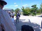 木陰で神社の歴史を語る 会代表
