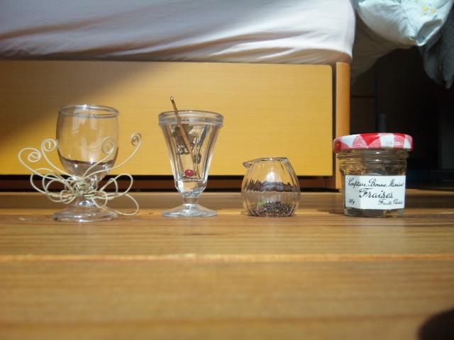 ジャム瓶とリキュールグラスとミルクピッチャー