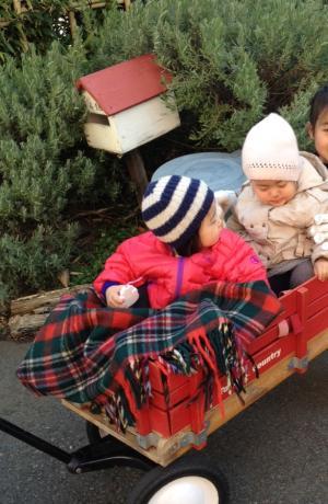 赤いワゴンと子供達