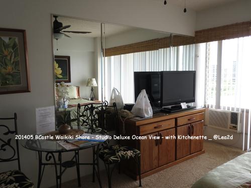 2014年5月 ワイキキのコンドミニアム Castle Waikiki Shore (キャッスルワイキキショア)-Studio Deluxe Ocean View with Kitchenette(スタジオデラックスオーシャンビュー キチネット付き) ベッドルームとキッチン