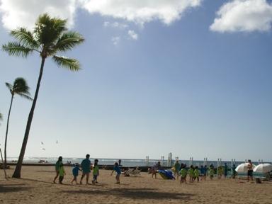 子どもたちがビーチに遠足。緑と青のおそろいのシャツが可愛かった!