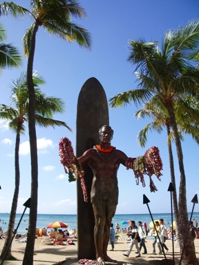 ワイキキビーチの真ん中に立つこの像、大好き。