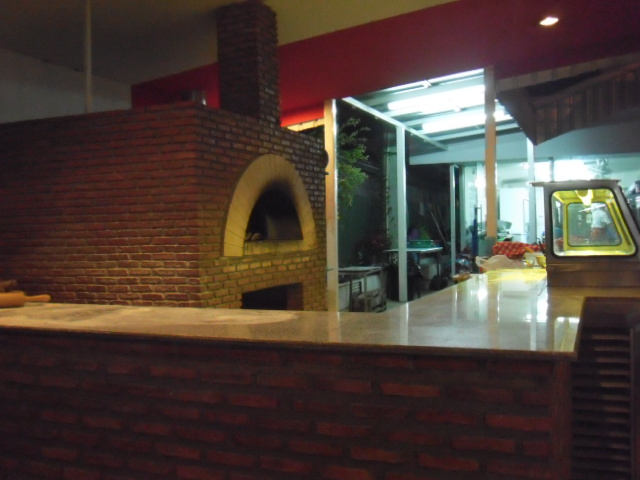 最初このピザ釜に引かれて入りました!