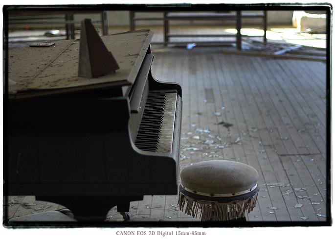 廃墟のグランドピアノ1312kii0205.jpg