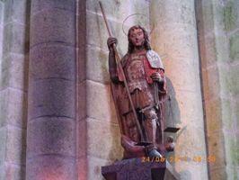 剣と秤を持った大天使ミカエル像