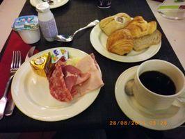 主人のてんこ盛りの朝食