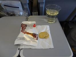 飛行機のワインとおつまみ