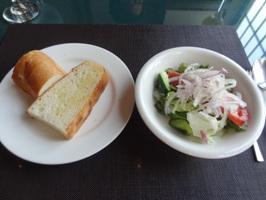 パスタBランチのフォカッチャ、サラダ