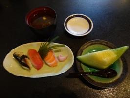 おまかせBランチのお寿司、味噌汁、デザート