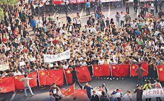 西安逾七千名大學生上街反日。