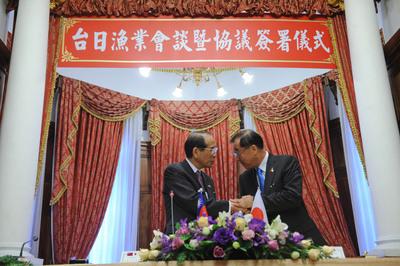 尖閣 台日雙方10日在台北賓館進行漁業會談並簽署漁業協議,右為亞東關係協會會長廖了以,左為日本交流協會會長大橋光夫。