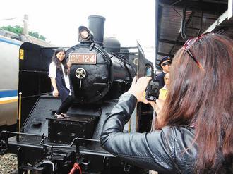 台湾写真 新竹駅 日本出廠、88歲的蒸汽火車CK124加掛舊車廂,駛進新竹車站為車站祝壽,吸引鐵道迷拍照。
