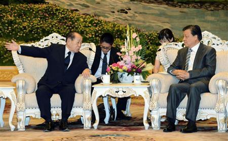 0607 北京で劉雲山・共産党中央書記局書記(右)と会談、中国に手を貸した形の野中氏(共同)
