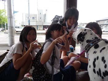 まーちんのブログ-中学生に囲まれる