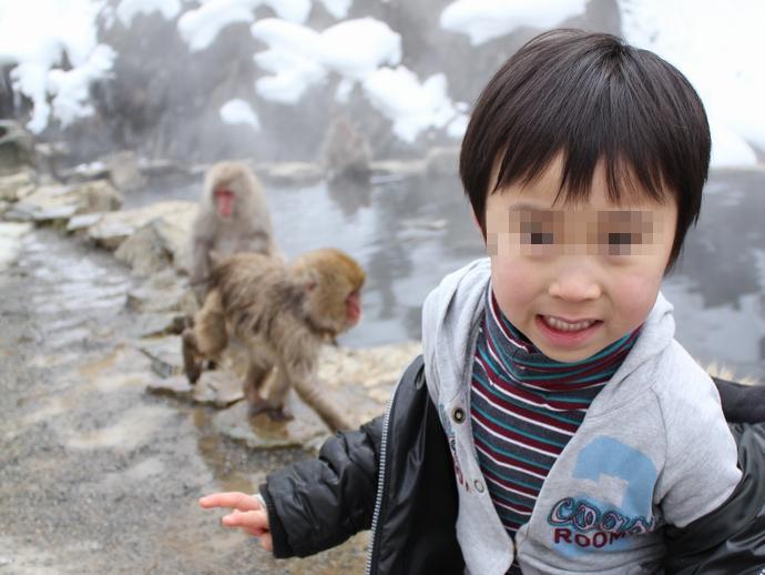 サルに怯える息子 地獄谷温泉