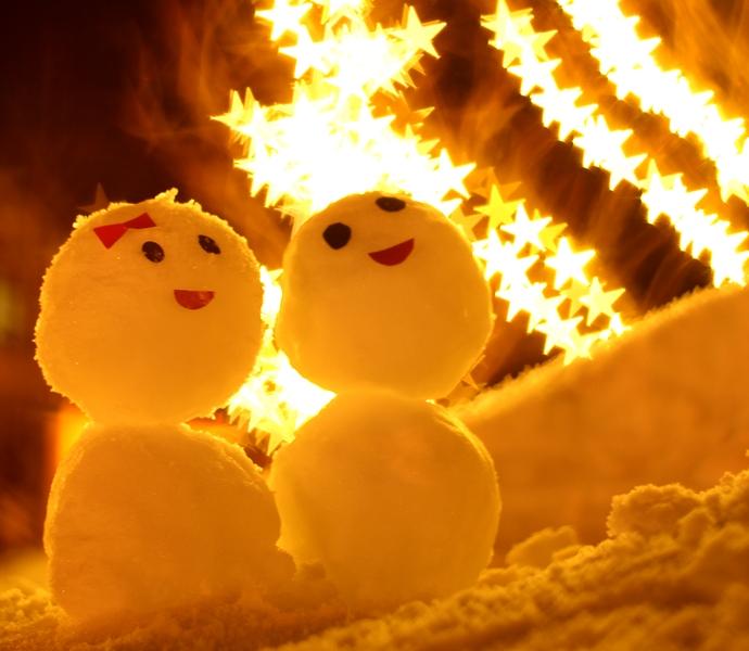 雪だるまのカップルとイルミネーション