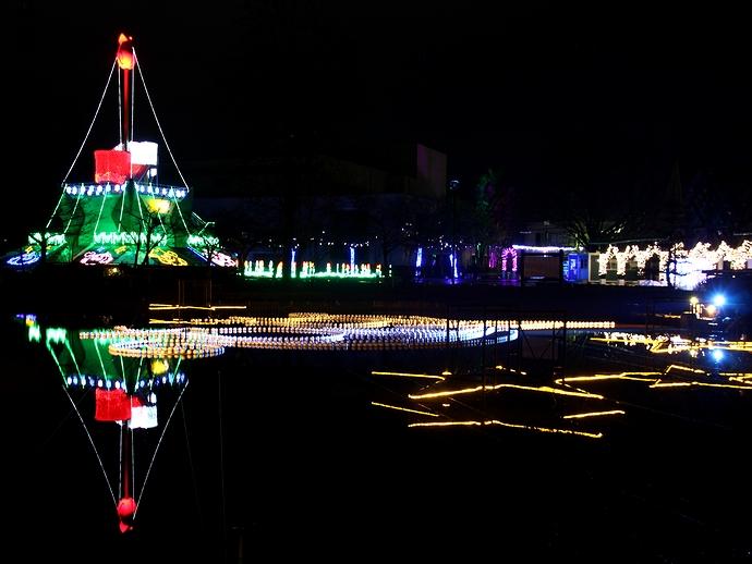 チューリップ公園イルミネーション 池に映るチューリップタワー