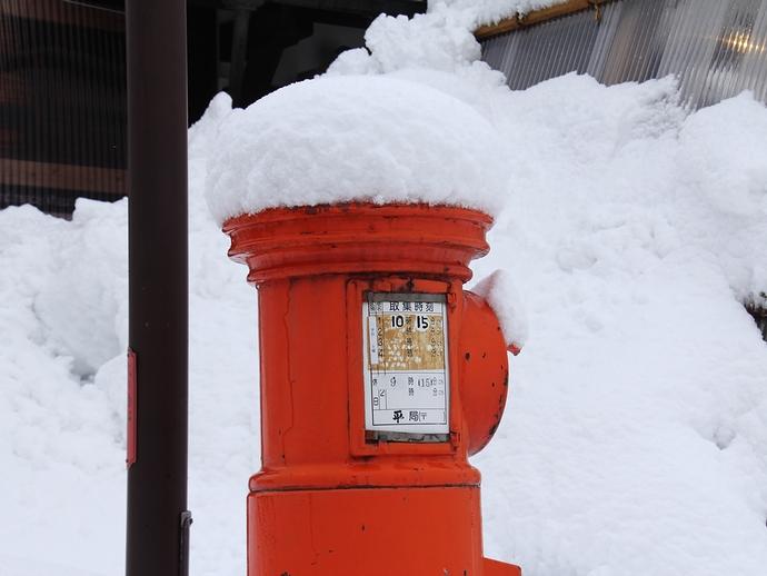 雪に映える郵便ポスト(相倉合掌集落)
