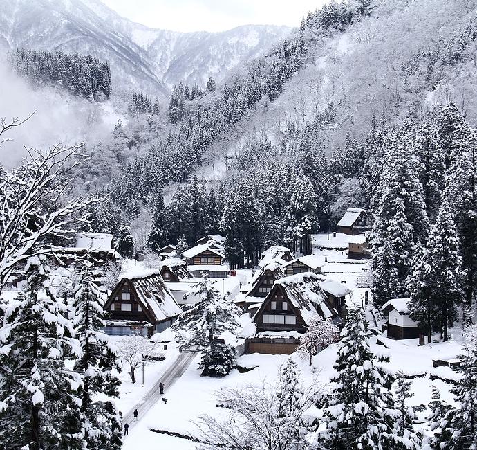 冬の世界遺産相倉合掌造り集落 水墨画の風景