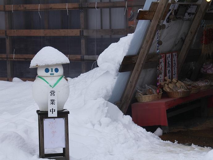雪だるまがお出迎え 相倉合掌集落