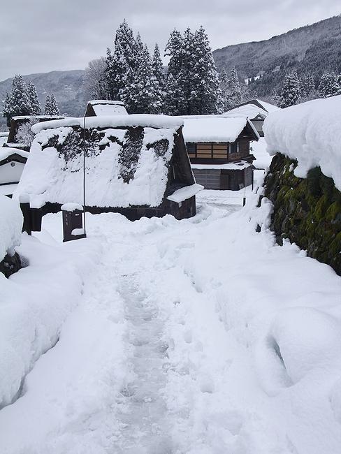 冬の相倉の様子(細い路地)