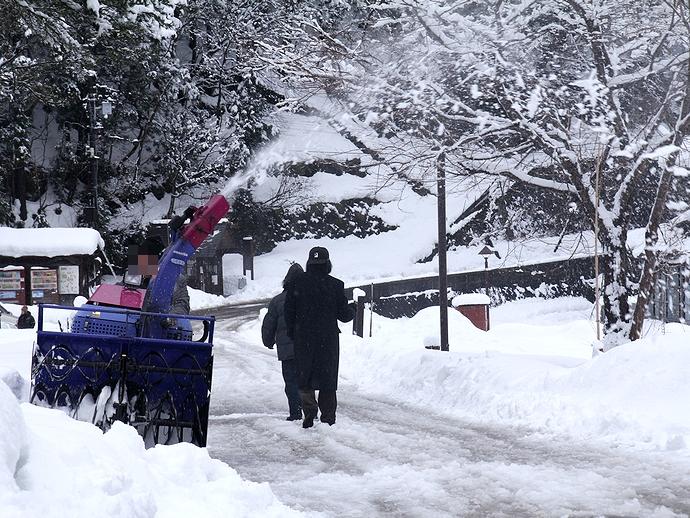 相倉合掌集落 除雪中