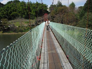 5 吊橋を渡る