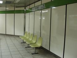 九段下駅新宿線ホームベンチ
