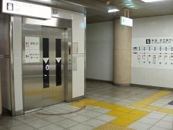 九段下駅新宿線ホーム神保町寄り改札
